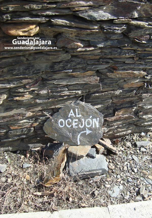 laja_de_pizarra_apuntando_ruta_subida_al_pico_ocejon_majaelrayo