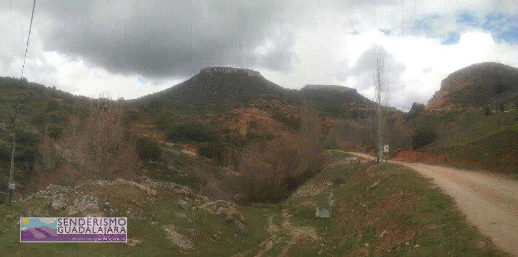 Maravillosa panorámica de las Tetas de Viana desde la fuente del inicio de la ruta
