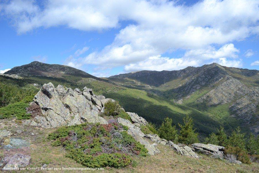A la izquierda el Santuy, en el centro el Pico Cerrón y a la derecha varios dosmiles sin nombre