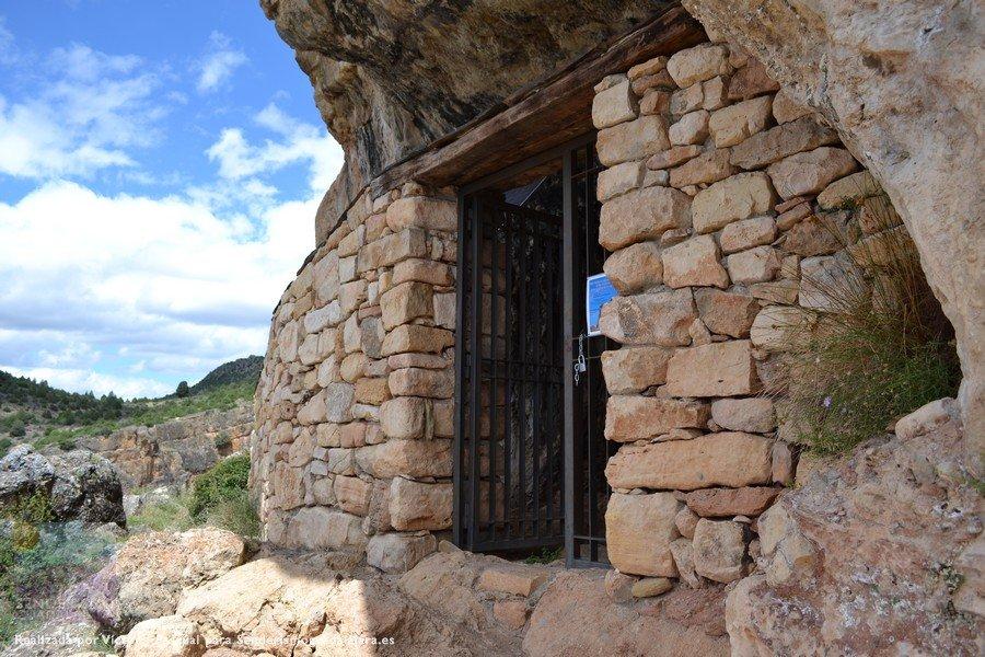 Vista de la entrada a la Cueva de los Casares