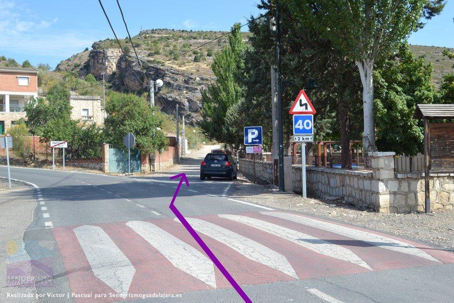 Desvíate a la derecha en dirección al barranco, que se ve al fondo