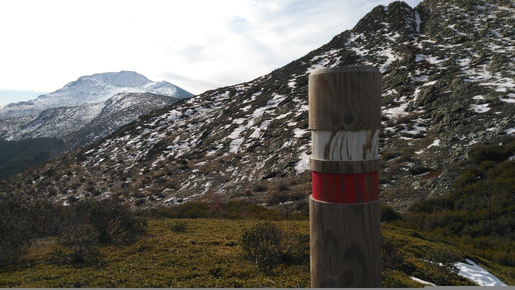 Detalle del poste que marca el GR que va desde Valverde a Majaelrayo