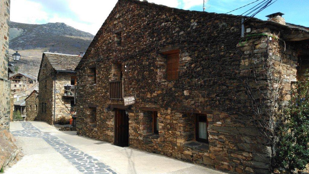 Fachada del Mesón Los Cantos de Valverde de los Arroyos