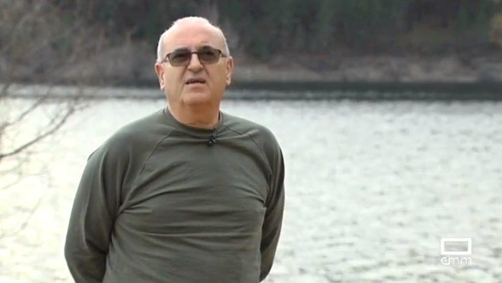 Paco Martín, del Proyecto Tras las Huellas de Félix, explicando el proyecto en la zona del Embalse del Vado